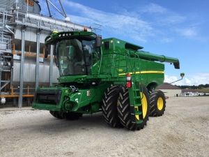 The JD S680 combine looks really shiny, and it is ready to go to the harvest fields...
